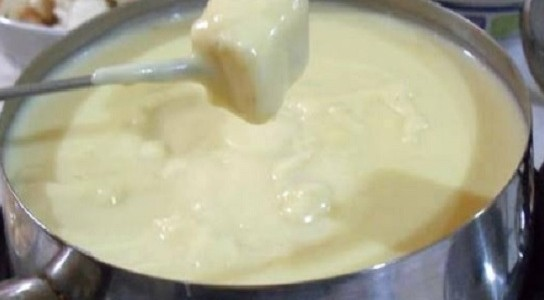 Fondue-de-queijo-caseiro-maravilhoso